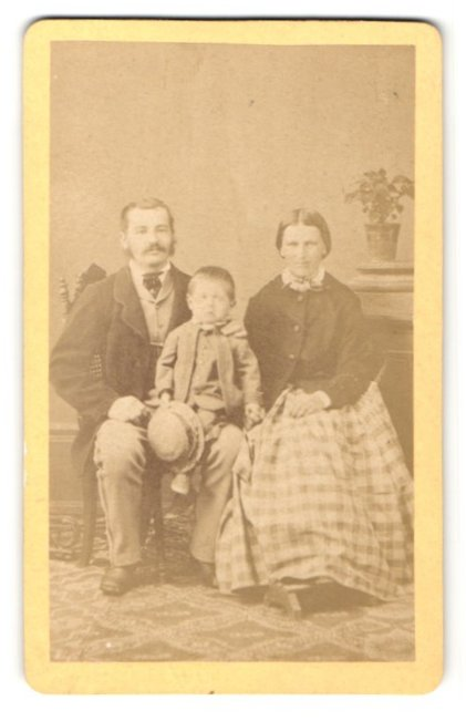 Fotografie F. Hingsamer, Toelz, Portrait bürgerliche junge Familie 0