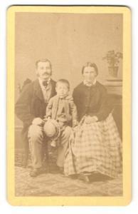 Fotografie F. Hingsamer, Toelz, Portrait bürgerliche junge Familie