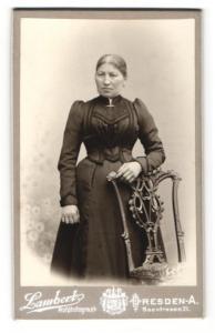 Fotografie Lambert, Dresden-A., Portrait betagte Dame in zeitgenöss. Kleidung