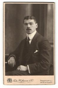Fotografie Fritz Hofmann, Frankfurt a/Main, Portrait junger Herr mit Oberlippenbart in Anzug