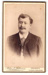Fotografie A. Hoffmann, Dresden, Portrait junger Mann mit Schnauzbart