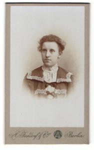 Fotografie A. Jandorf & Co., Berlin, Portrait junge Frau mit zusammengebundenem Haar