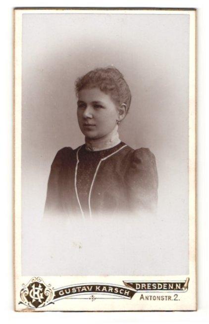 Fotografie Gustav Karsch, Dresden-N, Portrait Fräulein mit zusammengebundenem Haar 0