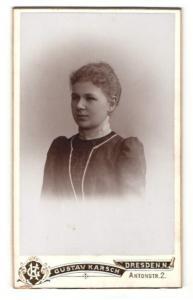 Fotografie Gustav Karsch, Dresden-N, Portrait Fräulein mit zusammengebundenem Haar