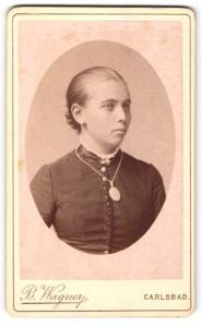 Fotografie B. Wagner, Carlsbad, Portrait junge Frau mit zusammengebundenem Haar