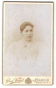 Fotografie Paul Voigt, Hameln, Portrait Fräulein mit zusammengebundenem Haar