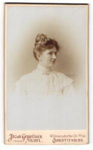 Fotografie Jacob Gebrüder Nachfl., Berlin-Charlottenburg, Profilportrait junge bürgerliche Dame