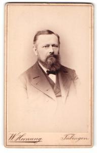 Fotografie W. Hornung, Tübingen, Mann im Anzug mit Vollbart und schmaler Fliege