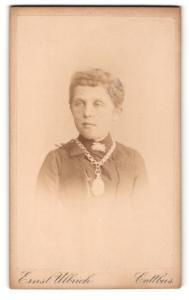 Fotografie Ernst Ulrich, Cottbus, Mädchen mit breiter Halskette mit grossem Amulett