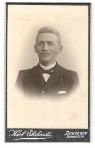 Fotografie Karl Ehrhardt, Burgdorf, Mann im Anzug mit schmaler Fliege und Oberlippenbart