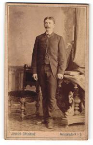 Fotografie Julius Grusche, Neugersdorf i/S., Mann im Anzug stehend mit Schnauzbart