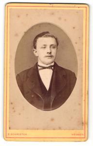 Fotografie E. Schroeter, Meissen, Mann im Anzug mit schmaler Fliege und Oberlippenbart