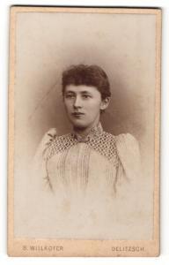 Fotografie S. Willkofer, Delitzsch, Frau im Kleid mit Puffärmeln