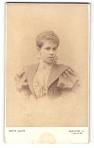 Fotografie Erwin Raupp, Dresden, Frau mit Schleife im Haar im Kleid mit Puffärmeln