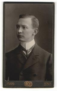 Fotografie J. Fuchs, Berlin, junger Mann im Anzug mit schmalem Binder und Seitenscheitel