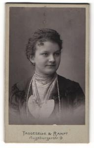 Fotografie Taggeselle & Ranft, Dresden, Frau im Kleid mit langer Perlenhalskette