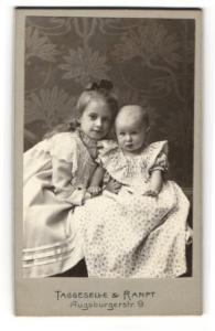 Fotografie Taggeselle & Ranft, Dresden, Mädchen mit Kleinkind zusammen sitzend