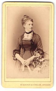 Fotografie M. Scherer & H. Engler, Dresden, junge Frau im Kleid mit Halsband mit Kreuz daran