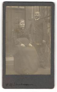 Fotografie unbekannter Fotograf und Ort, Portrait bürgerliches Paar in modischer Kleidung