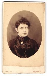 Fotografie Charles Law, Northampton, Portrait elegant gekleidete Dame mit Ohrringen