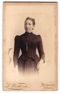 Fotografie D. Wettern, Hamburg, Portrait bürgerlich gekleidete Dame mit Kragenbrosche