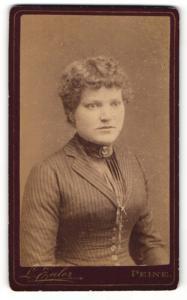 Fotografie L. Euler, Peine, Portrait bürgerlich gekleidete Dame mit Kragenbrosche