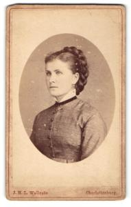 Fotografie J. H. L. Wollrabe, Berlin-Charlottenburg, Portrait bürgerlich gekleidete Dame mit Flechtfrisur
