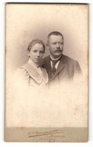 Fotografie L.O. Grienwaldt, Bremen, Portrait Eheleute in eleganten Kleidern