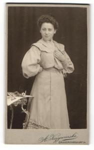 Fotografie A. Krzywinski, Grossröhrsdorf i / S., Portrait elegant gekleidete Dame mit Hochsteckfrisur