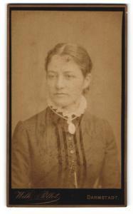 Fotografie Wilh. Pöllot, Darmstadt, Portrait hübsch gekleidete Dame mit Amulett