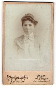 Fotografie Photographie Populaire, Liege, Portrait hübsch gekleidete Dame mit Hochsteckfrisur