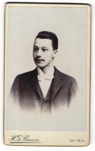Fotografie H. G. Brunn, Wien, Portrait junger Herr mit Bürstenhaarschnitt