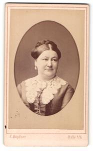 Fotografie C. Höpfner, Halle a/S, Portrait Dame mit zeitgenöss. Frisur
