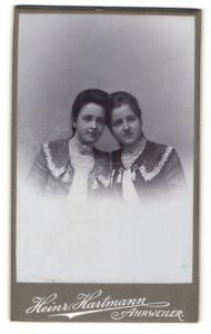 Fotografie Heinr. Hartmann, Ahrweiler, Portrait zwei wunderschöne junge Frauen in bestickten Kleidern
