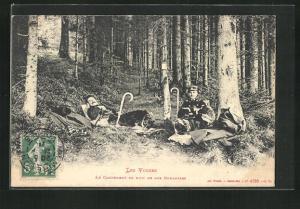 AK Grenze, Les Vosges, Le Campement de Nuit de Nos Douaniers, Grenzsoldaten liegen auf Waldboden