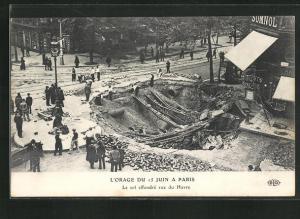 AK Paris, L`Orage du 15 Juin, Le sol effondre rue du Havre, Strassenpartie nach einem Erdrutsch
