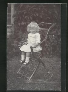 AK Kleines Mädchen im weissen Kleid im Kinderwagen sitzend