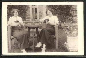 AK Frauen beim Kartenspiel im Garten