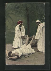AK Frau liegt gefesselt am Boden und wird an den Füssen gefoltert