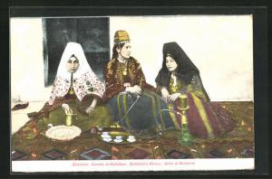 AK Bethlehem, arabische Volkstypen, Frauen in Trachten rauchen Wasserpfeife