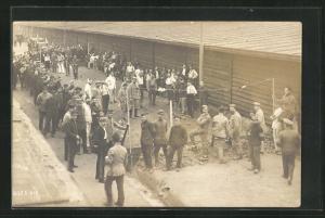 Foto-AK Münster, Kriegsgefangene an einem Graben zwischen Baracken