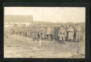 Foto-AK Münster, Kriegsgefangene mit Bewacher
