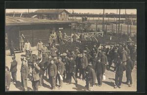 Foto-AK Münster, Kriegsgefangene vor Baracke, Rennbahn POW Camp 1918