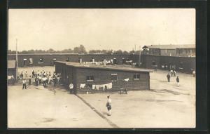 Foto-AK Münster, Kriegsgefangene vor Baracken mit Wäsche, Rennbahn POW Camp 1918