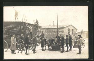 Foto-AK Münster, Kriegsgefangene arbeiten im Winter auf Dach von Baracke, Rennbahn POW Camp 1918