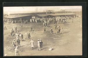 Foto-AK Münster, Kriegsgefangene auf Platz mit Baracken, Rennbahn POW Camp 1918
