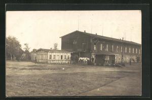 Foto-AK Münster, Kriegsgefangene, Wachhaus und Gebäude in Lager, Rennbahn POW Camp 1918