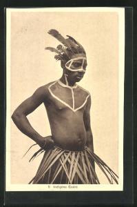 AK Indigene Guere, afrikansicher junger Krieger mit Federn im Haar und Bemalung im Gesicht