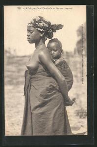 AK Femme Saussai, afrikanische nackte Frauhalbnackte afrikansiche Frau mit Kleinkind auf dem Rücken