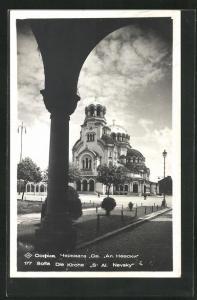AK Sofia, Die Kirche St Al. Nevsky aus einem Torborgen heraus